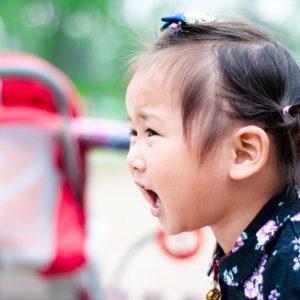 niña enfadada control de la ira